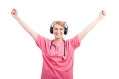 Enfermera de sexo femenino con las auriculares en la presentación como ganador imágenes de archivo libres de regalías