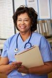 Enfermera de sexo femenino en la estación de las enfermeras Fotos de archivo