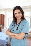 Enfermera de sexo femenino en sitio de hospital Foto de archivo libre de regalías