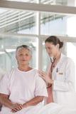 Enfermera de sexo femenino que realiza chequeo Imágenes de archivo libres de regalías