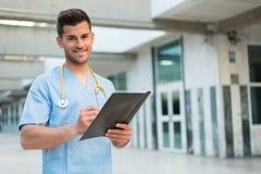 Enfermera de sexo masculino con el estetoscopio Imágenes de archivo libres de regalías
