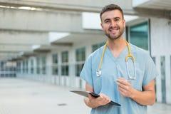 Enfermera de sexo masculino con el estetoscopio Foto de archivo
