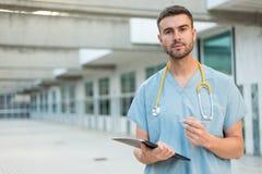 Enfermera de sexo masculino con el estetoscopio Fotografía de archivo