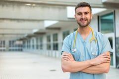 Enfermera de sexo masculino con el estetoscopio Fotos de archivo