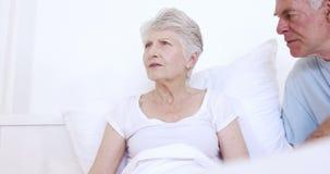 Enfermera de sexo masculino que habla con los pares mayores almacen de video