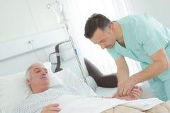 Enfermera del Mal que visita al paciente mayor en hospital imágenes de archivo libres de regalías