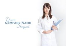 Enfermera derecha con la carpeta Fotografía de archivo libre de regalías