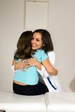 Enfermera derecha que abraza a un paciente que se sienta en cama Fotos de archivo