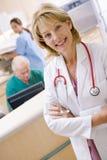Enfermera en el área de recepción de un hospital Imagen de archivo libre de regalías