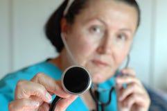 Enfermera experimentada con un steth Imagen de archivo libre de regalías
