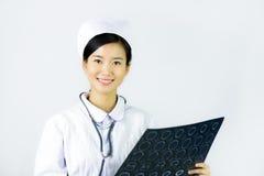 Enfermera hermosa en un fondo aislado blanco Foto de archivo