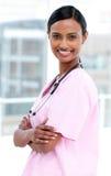 Enfermera india alegre plegable sus brazos Imagenes de archivo