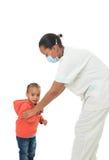 Enfermera negra del afroamericano con el niño aislado Fotos de archivo libres de regalías