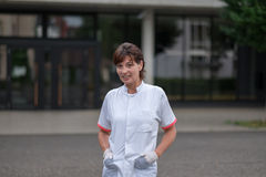 Enfermera Outside de los jóvenes el hospital que sonríe en la cámara Foto de archivo libre de regalías
