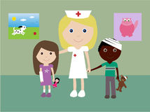 Enfermera pediátrica y 2 niños dañados Fotografía de archivo libre de regalías