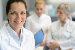 Enfermera profesional de la mujer del dentista con el paciente Foto de archivo