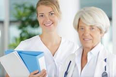 Enfermera profesional del retrato y doctor de sexo femenino maduro fotografía de archivo