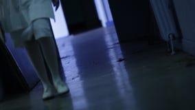 Enfermera que camina abajo en un vestíbulo almacen de video