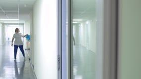 Enfermera que camina en pasillo en hospital almacen de metraje de vídeo