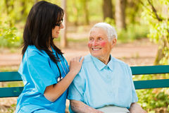 Enfermera que cuida con la señora buena imagen de archivo