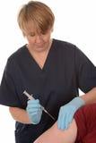 Enfermera que da la inyección Fotografía de archivo libre de regalías