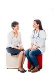 Enfermera que discute con el paciente Imagen de archivo libre de regalías