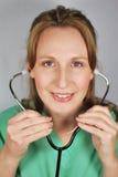 Enfermera que escucha Imagenes de archivo
