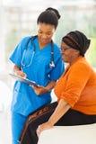 Enfermera que explica el examen médico Imagen de archivo