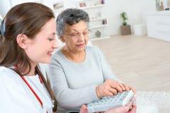 Enfermera que muestra la caja de la píldora imágenes de archivo libres de regalías