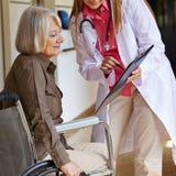 Enfermera que pregunta a mujer mayor Fotos de archivo libres de regalías