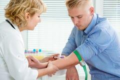 Enfermera que recoge la muestra de sangre Fotos de archivo libres de regalías