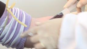Enfermera que recoge la sangre para el examen almacen de metraje de vídeo