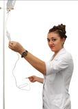 Enfermera que se prepara para sostener la medicación intravenosa del goteo Imágenes de archivo libres de regalías