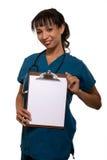 Enfermera que soporta la carta en blanco imágenes de archivo libres de regalías