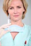 Enfermera que sostiene la jeringuilla Imagen de archivo