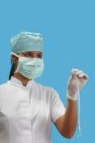 Enfermera que sostiene un catéter arterial Imágenes de archivo libres de regalías