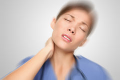 Enfermera que tiene el cuello y dolor de espalda imagen de archivo libre de regalías