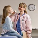 Enfermera que toma a pacientes enfermos temperatura Imágenes de archivo libres de regalías