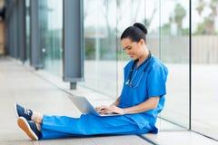 Enfermera que usa el ordenador portátil Fotografía de archivo
