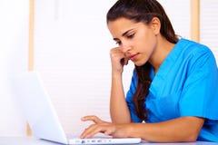 Enfermera que usa una computadora portátil Imagenes de archivo