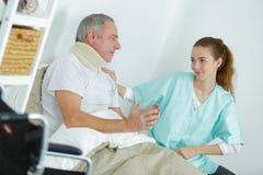 Enfermera que visita al hombre enfermo imagen de archivo libre de regalías