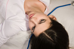 Enfermera sin vida que miente en el sofá Fotografía de archivo libre de regalías
