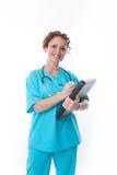 Enfermera sonriente que sostiene un tablero imagenes de archivo
