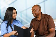 Enfermera Taking Care del mayor Fotografía de archivo libre de regalías