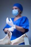 Enfermera y cadáver en depósito de cadáveres Fotografía de archivo libre de regalías