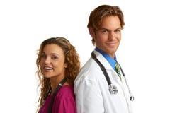 Enfermera y doctor atractivos felices de los jóvenes fotos de archivo