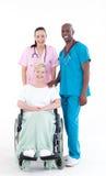 Enfermera y doctor que se ocupan a un paciente Imagenes de archivo
