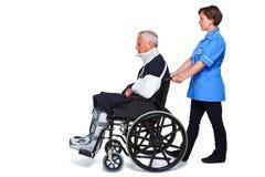 Enfermera y hombre dañado en sillón de ruedas Fotos de archivo libres de regalías