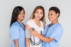 Enfermeras con un paciente Fotos de archivo libres de regalías