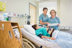 Enfermeras en Ward Looking de maternidad en la cámara Imágenes de archivo libres de regalías